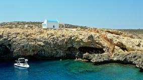 Cavo Greco, Chipre Una iglesia azul y blanca ortodoxa tradicional almacen de metraje de vídeo