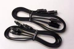 Cavo nero di SATA per il collegamento del disco rigido alla scheda madre su un computer su un fondo bianco immagini stock