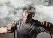 Cavo non addestrato dell'uomo che subisce infortunio elettrico con il fronte bruciato sporco nell'espressione divertente di scoss Immagini Stock