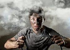 Cavo non addestrato dell'uomo che subisce infortunio elettrico con il fronte bruciato sporco nell'espressione divertente di scoss Fotografia Stock