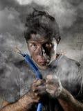 Cavo unentesi dell'uomo non addestrato che subisce infortunio elettrico con il fronte bruciato sporco nell'espressione divertente Fotografia Stock