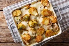 Cavoletti di Bruxelles al forno caldi con aglio, formaggio e salsa crema c fotografia stock