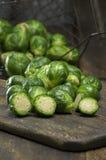 Cavoletti di Bruxelles organici selezionati freschi Fotografia Stock