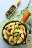 Cavolini di Bruxelles fritti casalinghi con aglio e timo Immagini Stock
