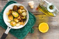 Cavolini di Bruxelles sauteed deliziosi con olio d'oliva Fotografie Stock Libere da Diritti