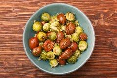 Cavolini e pomodori di Bruxelles al forno del forno con i pistacchi Immagine Stock