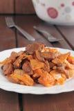 Cavolo brasato con i funghi in salsa al pomodoro Fotografie Stock Libere da Diritti