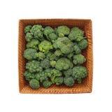 Cavolo - broccoli - in un piatto di vimini quadrato Fotografia Stock Libera da Diritti