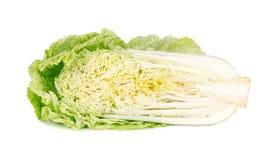 Cavolo cinese fresco isolato su fondo bianco Metà di cavolo cinese fresco isolato Immagine Stock Libera da Diritti
