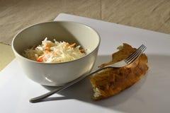 Cavolo e carote in una ciotola con pane e la forcella Immagine Stock Libera da Diritti