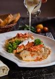 Cavolo farcito con carne tritata con riso, con la salsa di aglio e la salsa al pomodoro immagini stock libere da diritti