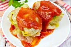 Cavolo farcito e salsa al pomodoro in piatto a bordo Fotografia Stock