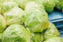 Cavolo fresco sul mercato degli agricoltori Prodotto dietetico e vegetariano Prodotti locali naturali sul mercato dell'azienda ag Immagini Stock
