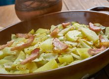 Cavolo polacco, patata e casseruola del bacon fotografie stock libere da diritti