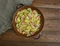 Cavolo polacco, patata e casseruola del bacon fotografia stock libera da diritti