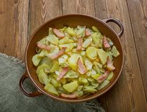 Cavolo polacco, patata e casseruola del bacon fotografia stock