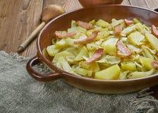 Cavolo polacco, patata e casseruola del bacon immagine stock libera da diritti