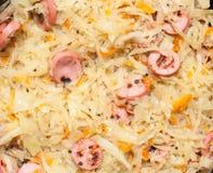 Cavolo stufato con le salsiccie Immagini Stock