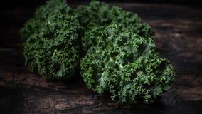 Cavolo verde del cavolo crudo sulla tavola di legno rustica Superfood fotografie stock