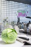 Cavolo verde fresco con il coltello sul tagliere Immagine Stock