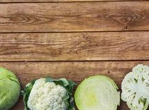 Cavolo verde fresco e cavolo cutted del cavolfiore del fnd del cavolo su fondo di legno rustico Fotografie Stock Libere da Diritti