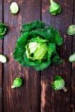 Cavolo verde fresco grande e piccolo su fondo di legno Vista superiore Copi lo spazio Disposizione piana Immagini Stock
