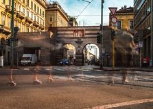 Cavour de la plaza de Milano con el paseo de la gente fotos de archivo