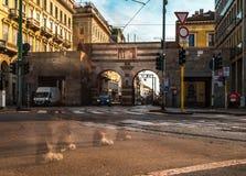 Cavour della piazza di Milano con la passeggiata della gente fotografia stock