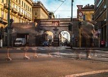 Cavour della piazza di Milano con la passeggiata della gente fotografie stock