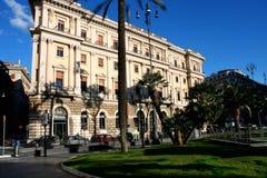 Cavour sul quadrato del suo nome con la corte a Roma, Italia Immagini Stock Libere da Diritti