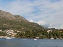 Cavtat、克罗地亚,山和Zal靠岸 库存照片