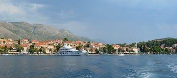 Cavtat hamn på den kroatiska kustlinjen med lyxiga privata yatchs Royaltyfri Fotografi