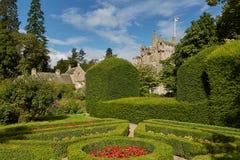 Cawdorkasteel door zijn mooie tuinen dichtbij Inverness, Schotland wordt omringd dat royalty-vrije stock fotografie