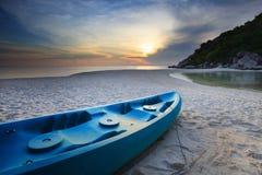 Cayak do mar na praia da areia contra o céu obscuro bonito Fotografia de Stock