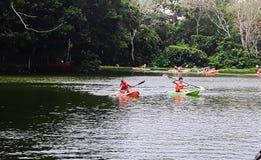 Cayaks auf dem Fluss Lizenzfreie Stockbilder