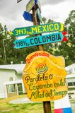 CAYAMBE, ECUADOR - 5 SETTEMBRE 2017: Segno informativo della distanza da Cayambe, dei paesi differenti scritti sopra la a Fotografia Stock