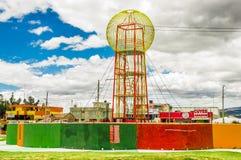 CAYAMBE EKWADOR, WRZESIEŃ, - 05, 2017: Piękna kolorowa kruszcowa struktura lokalizować w midle park w mieście Zdjęcie Stock