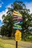 CAYAMBE EKWADOR, WRZESIEŃ, - 05, 2017: Pouczający znak odległość od Cayambe, różni kraje pisać nad a Obraz Stock