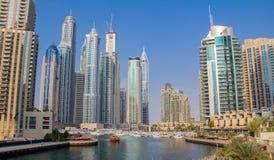 Cayan Tower y el horizonte de la torre del infinito es un rascacielos en el puerto deportivo de Dubai en Dubai fotografía de archivo libre de regalías