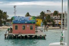 Caye填缝隙工的伯利兹明确水出租汽车终端起运输插孔作用对于海岛 库存照片