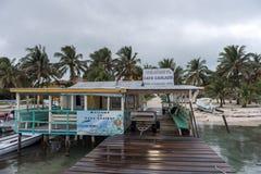 CAYE填缝隙工,伯利兹- 2017年11月20日:Caye填缝隙工海岛入口标志和口岸 免版税图库摄影