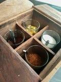 Καθορισμένο ζάχαρη καρυκευμάτων, ξίδι, πιπέρι του Cayenne και σάλτσα ψαριών για το ταϊλανδικό νουντλς ή το padthai Στοκ Εικόνες