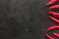 Cayenne chilipeppar på rostig metallbakgrund royaltyfria bilder