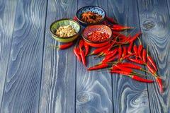Cayenne-Pfeffer und rote Pfeffer auf altem Holztisch Lizenzfreie Stockfotos