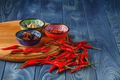 Cayenne pieprz i Czerwoni pieprze na starym drewnianym stole Obraz Stock