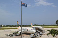 Cayman Airways Boeing 737 bei Owen Roberts International Airport bei Grand Cayman Lizenzfreie Stockfotos