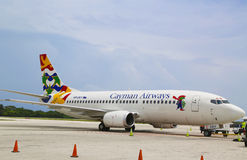 Cayman Airways Boeing 737 in Owen Roberts International Airport bij Grote Kaaiman Royalty-vrije Stock Fotografie