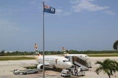 Cayman Airways Boeing 737 in Owen Roberts International Airport bij Grote Kaaiman Royalty-vrije Stock Foto's