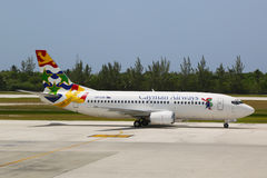 Cayman Airways Boeing 737 på Owen Roberts International Airport på den storslagna kajmannen Royaltyfri Fotografi