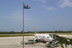 Cayman Airways Boeing 737 på Owen Roberts International Airport på den storslagna kajmannen Arkivfoto